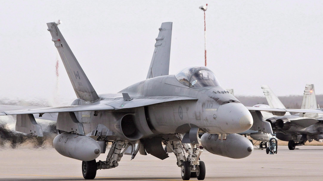 Un CF-18 des Forces armées canadiennes sur une piste de décollage.