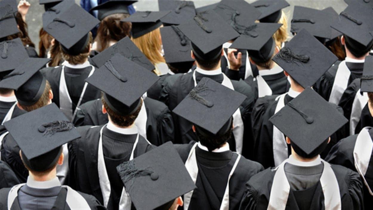 Des étudiants portant le chapeau de remise de diplôme