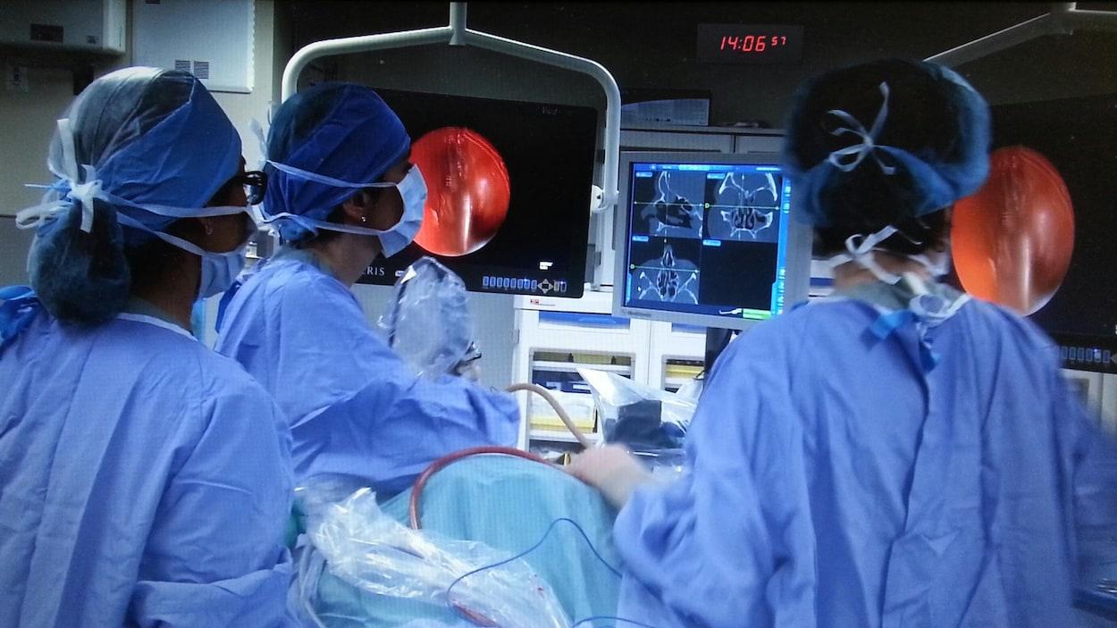 Des médecins spécialistes en salle d'opération.