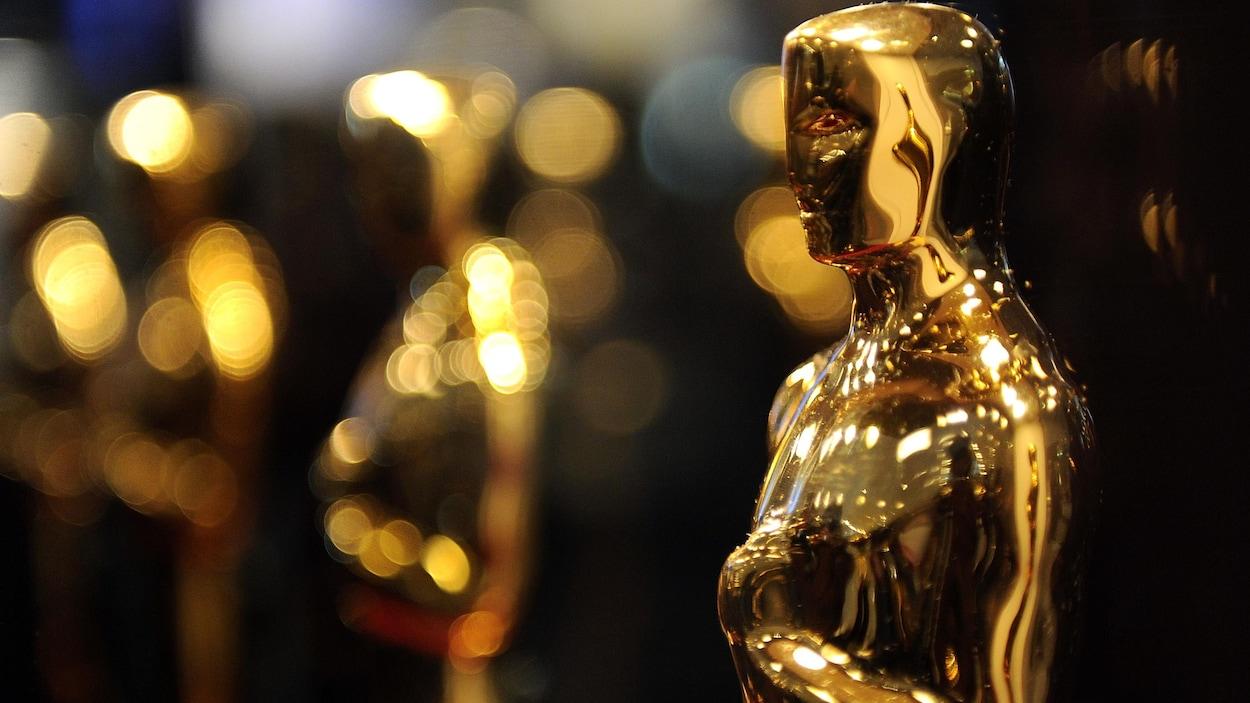 La statuette dorée de l'Académie des Oscars brille sous l'éclairage.