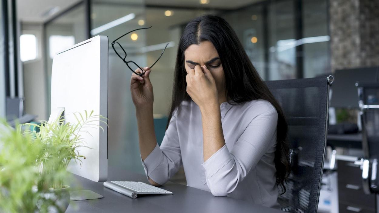 Une femme aux prises avec une migraine