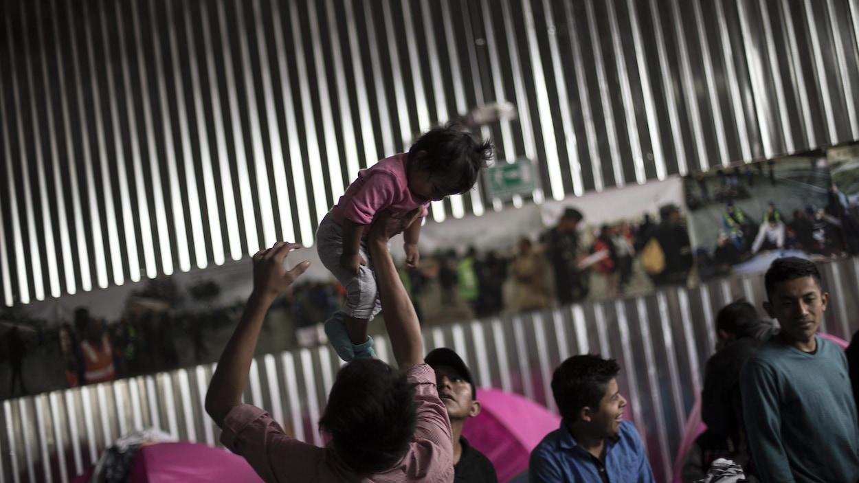Les migrants se lèvent tôt le matin et se préparent, au foyer Juventudes 2000 Shelter, avant de rencontrer les avocats de l'immigration, à Tijuana au Mexique, le vendredi 27 avril 2018.