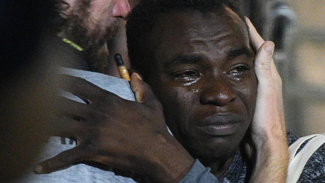 Il a les larmes aux yeux.