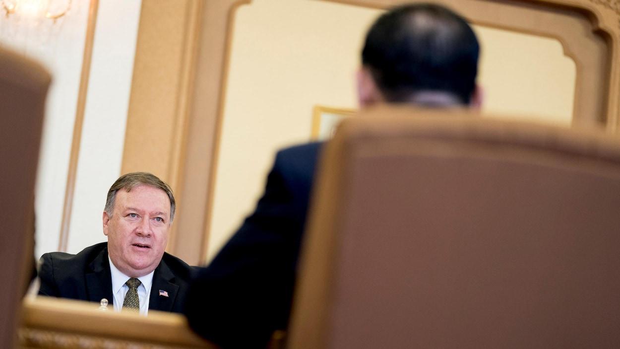 Le secrétaire d'État Mike Pompeo, à gauche, s'entretient avec Kim Yong Chol, au premier plan, un haut responsable du parti au pouvoir en Corée du Nord et ancien chef des services de renseignement, à Pyongyang.