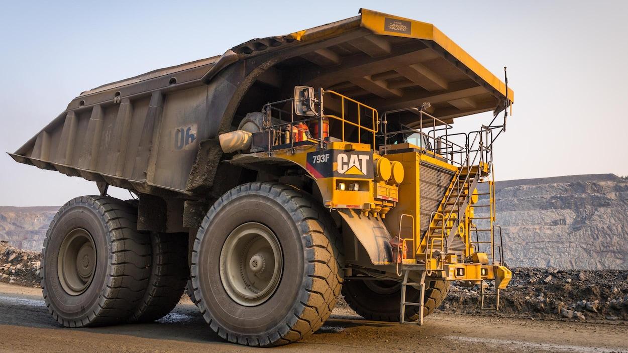 Un camion de 240 tonnes est au fond d'une mine à ciel ouvert.