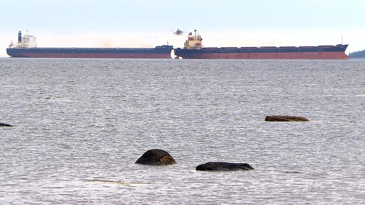 Deux minéraliers ancrés au port de Sept-Îles