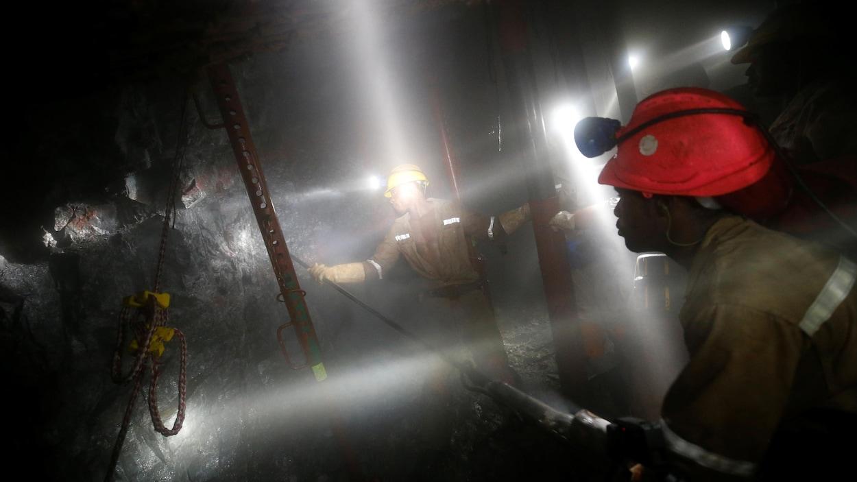 Afrique du Sud : un millier de mineurs bloqués sous terre