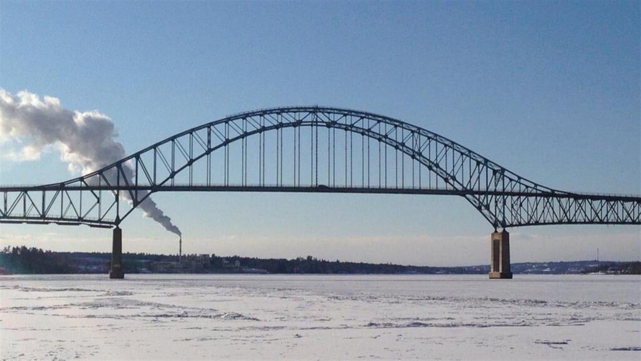 Le pont Centennial sur la rivière Miramichi en hiver