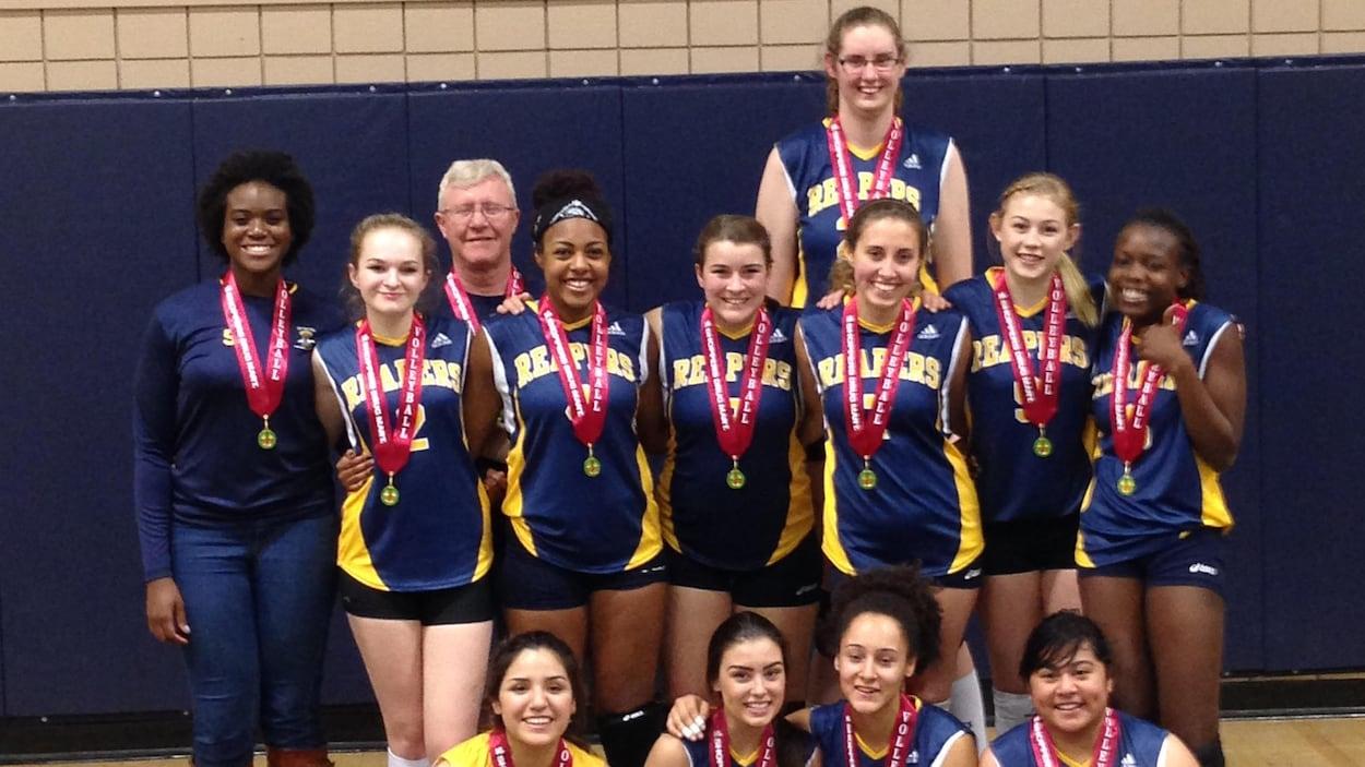 Miranda Weber pose avec l'équipe de volleyball de son école secondaire.