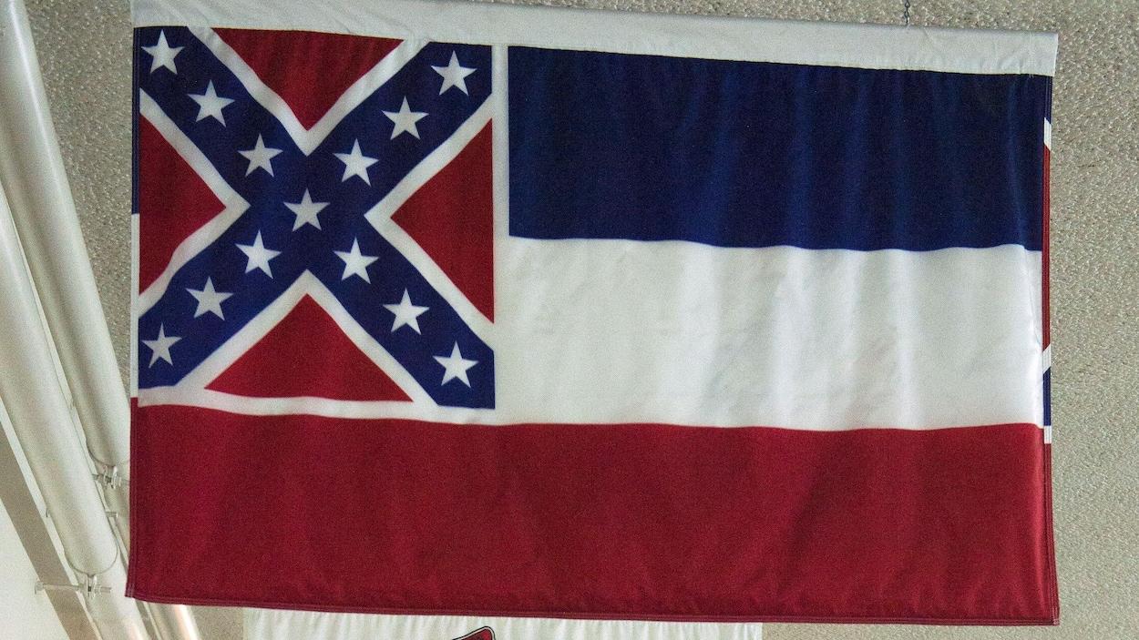Le drapeau du Mississippi devant celui d'autres États américains, suspendus au plafond du Capitole à Washington.