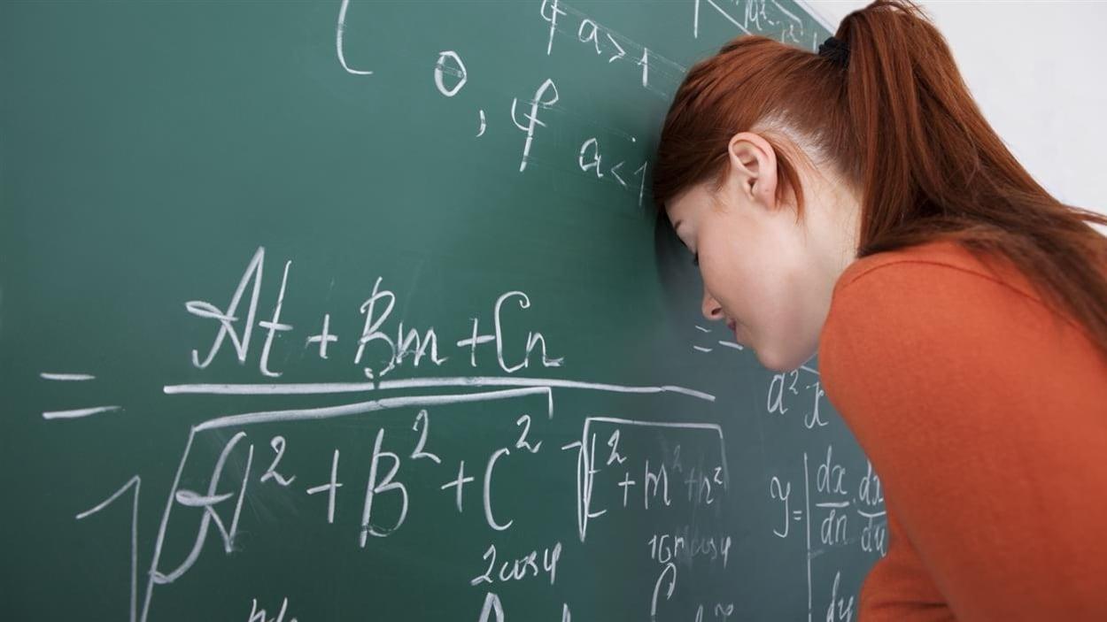 Une enseignante visiblement stressée