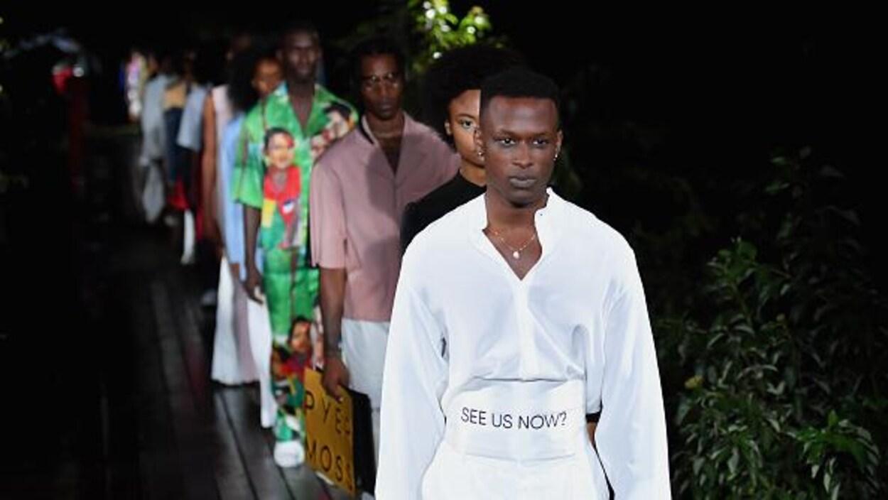 Des mannequins défilent pour la collection de Printemps/Été 2019 du designer Pyer Moss.