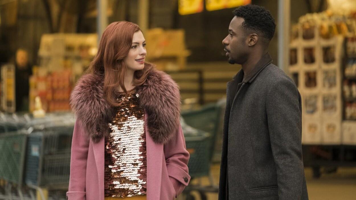 Extrait de la série montrant un homme et une femme discutant.