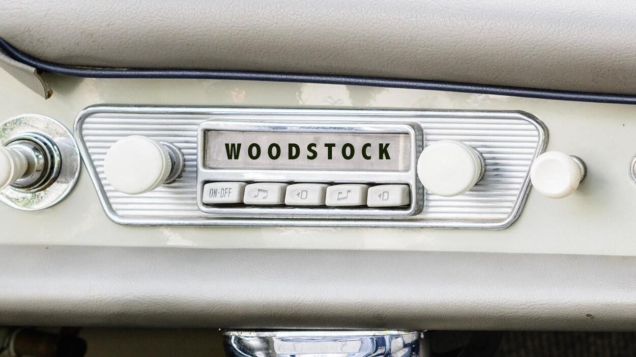 Une radio d'une vieille voiture avec la légende « Woodstock ».