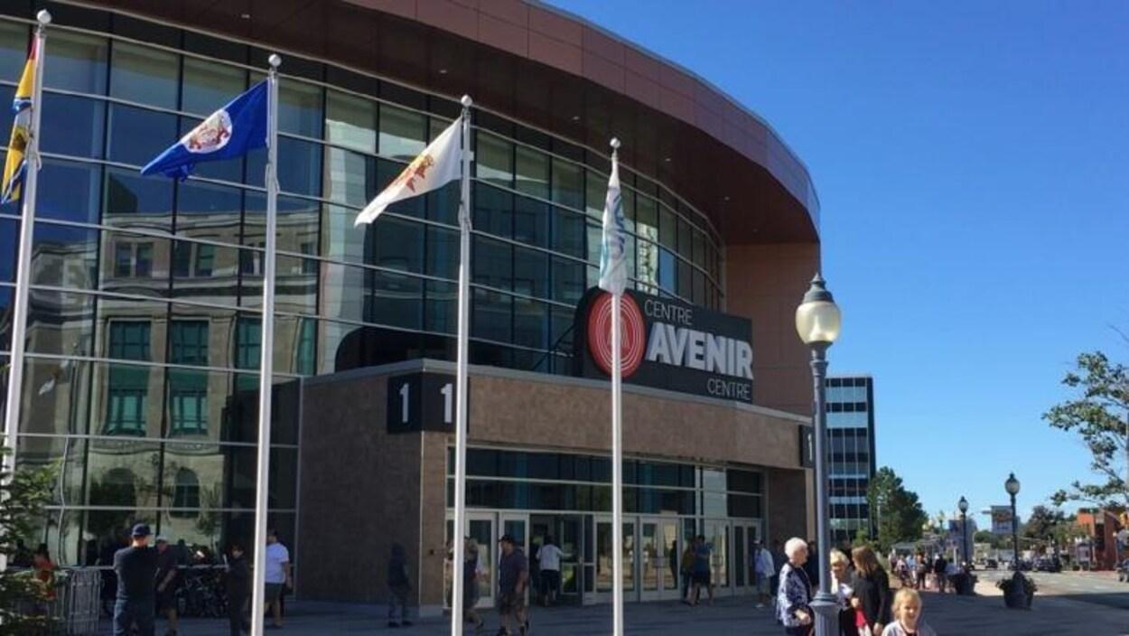 Des personnes entrent ou sortent du Centre Avenir.