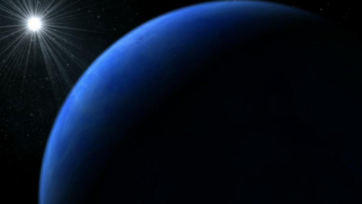 On voit une énorme planète bleu foncé et une étoile qui brille au loin.
