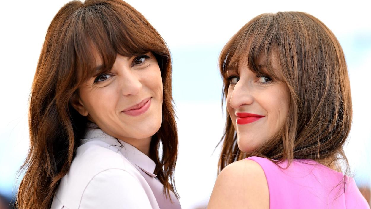 Les deux femmes sourient à la caméra.