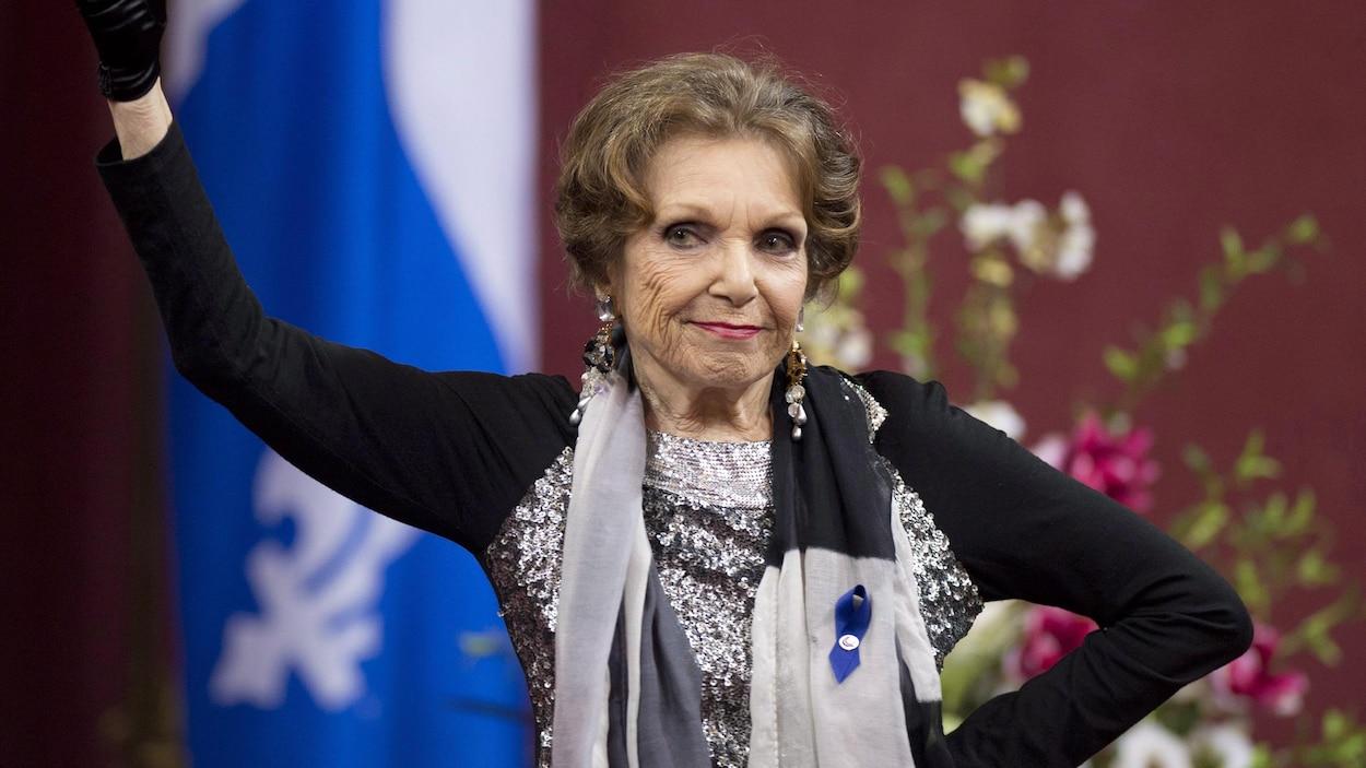 La chanteuse Monique Leyrac fait un geste avec son bras lorsqu'elle reçoit le prix Denise-Pelletier