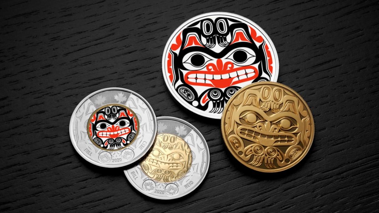 Image des pièces de monnaie canadiennes qui présenteront le motif de l'oeuvre de Bill Reid Xhuwaji (Ours grizzly haïda). De ce nombre, deux millions sont en rouge et noir, les vives couleurs de la tradition artistique des Haїdas.