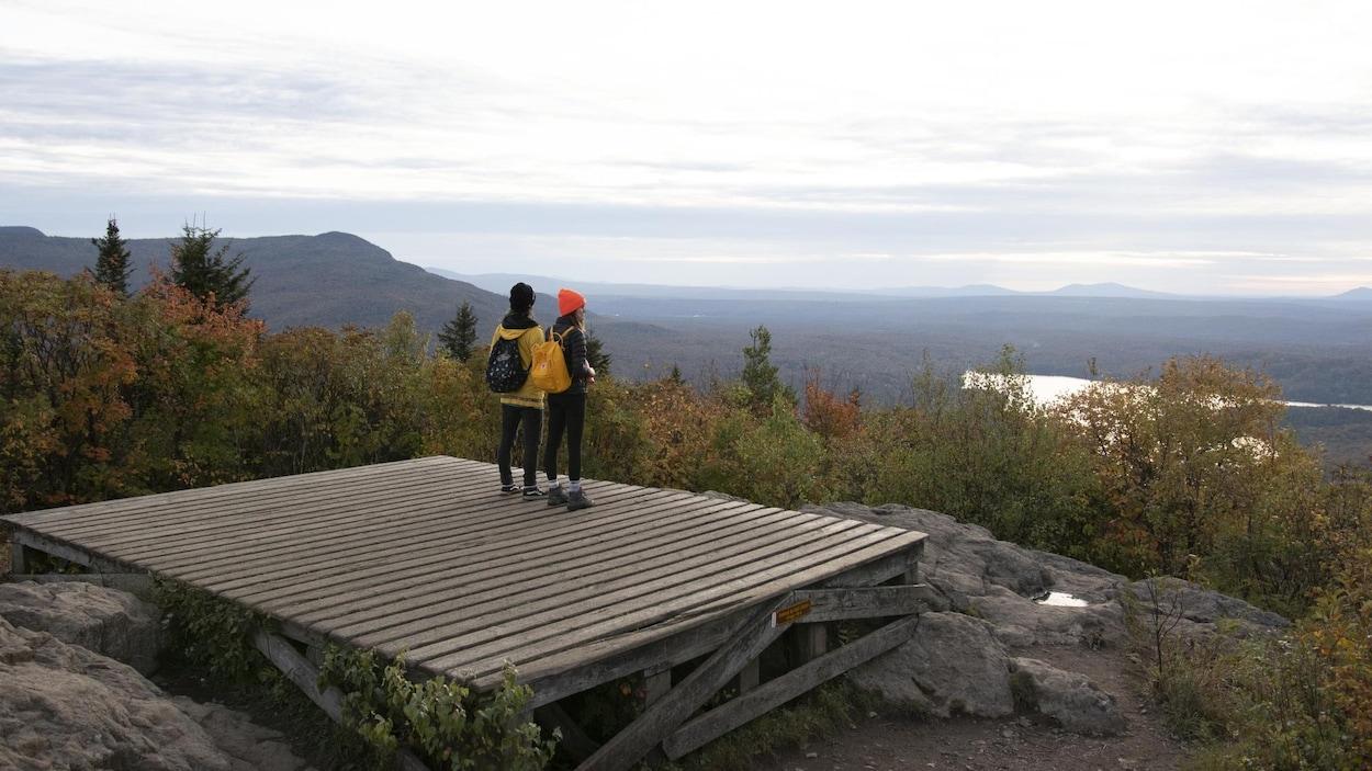 Deux randonneuses observent le paysage.