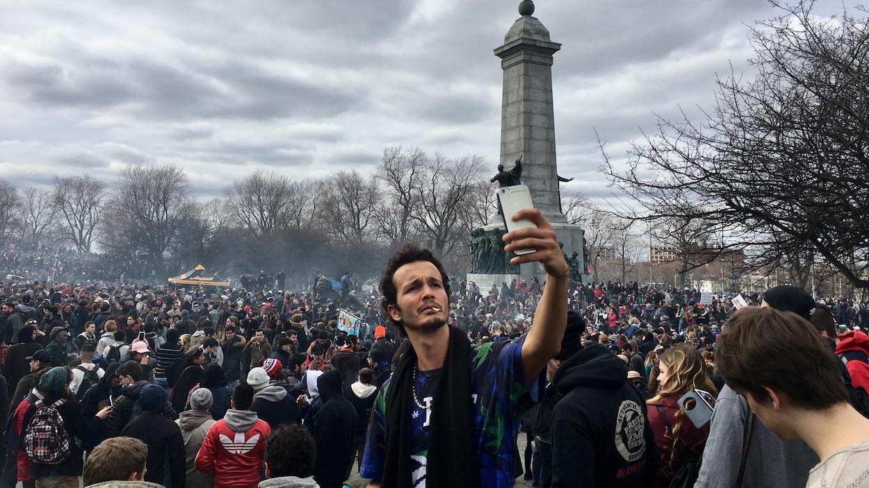 Un grand nuage de fumée s'est formé au-dessus du Mont-Royal et est resté en suspens dans l'air tout au long des festivités de la journée internationale du cannabis.