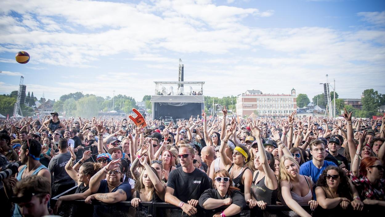 Une foule regroupée devant une scène.