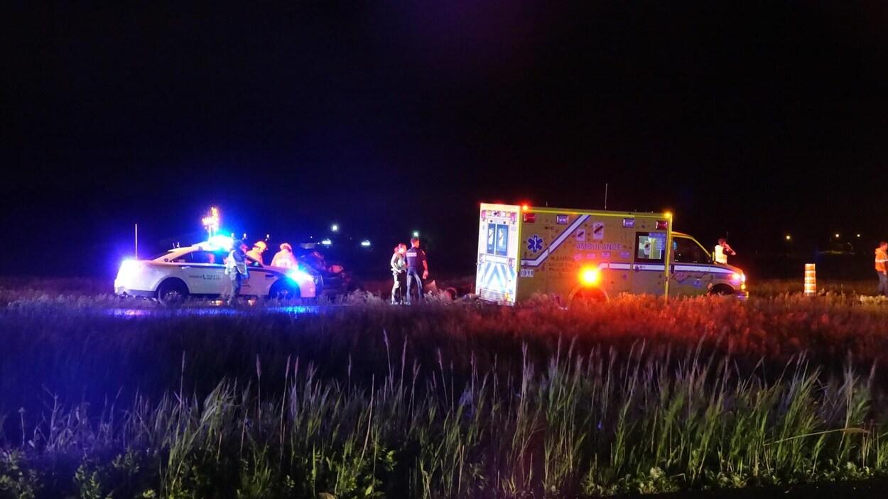 Une voiture de police et une ambulance