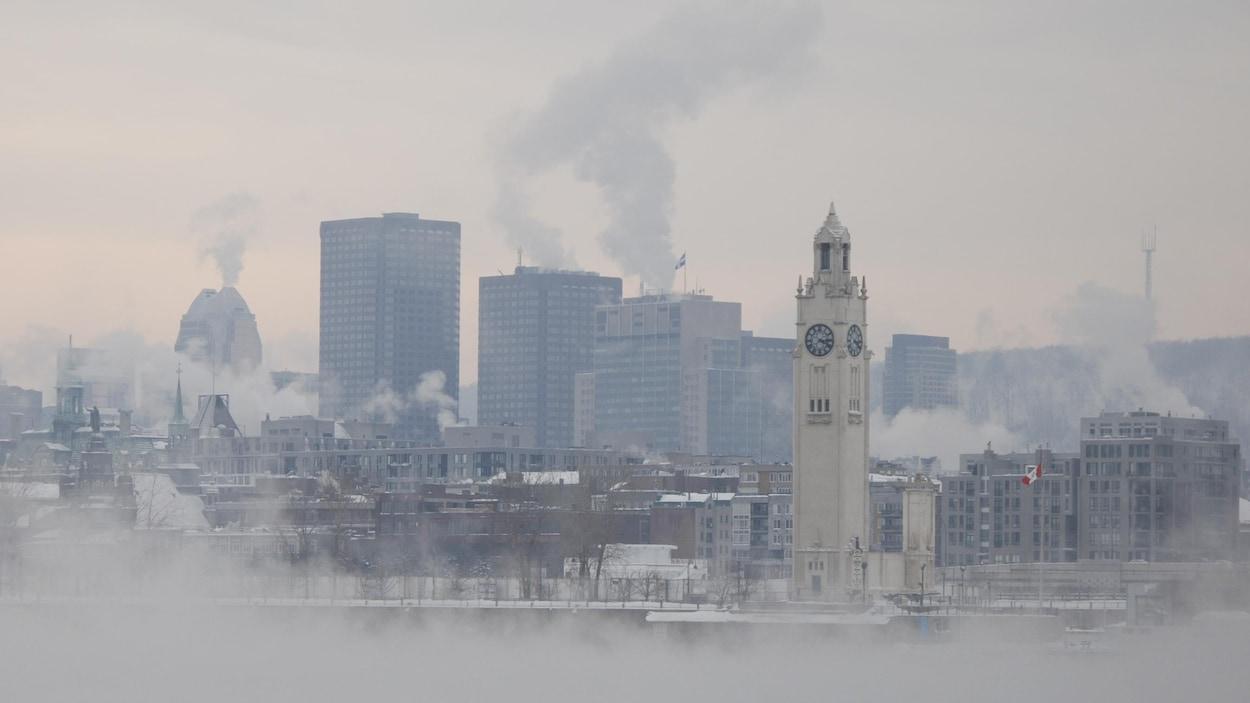 Plan panoramique de Montréal, baignée de smog.
