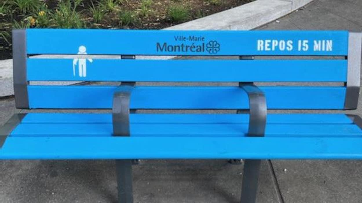 Un banc public bleu à Montréal.