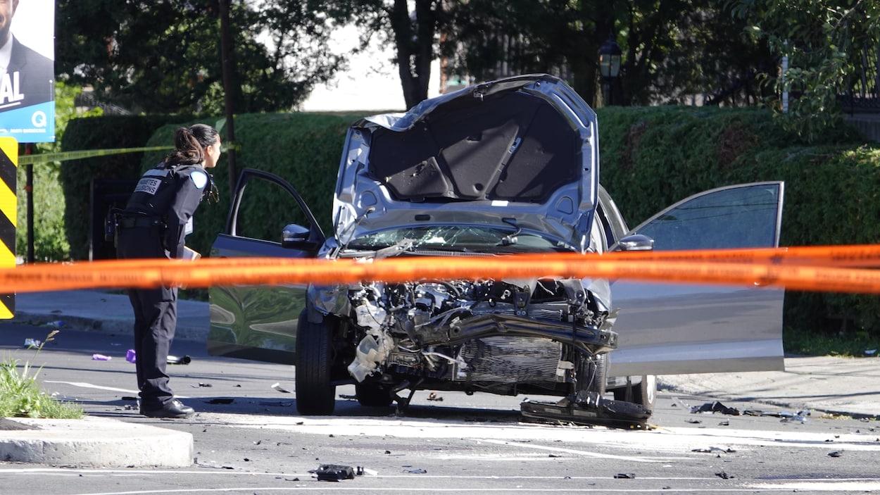 Une voiture lourdement endommagée à l'avant.