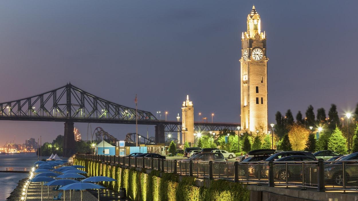 La tour et la Plage de l'Horloge, dans le Vieux Port de Montréal.