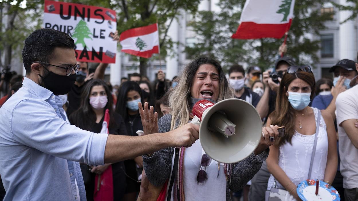 Une participante prend la parole lors de la veillée en hommage aux victimes de l'explosion du port de Beyrouth.