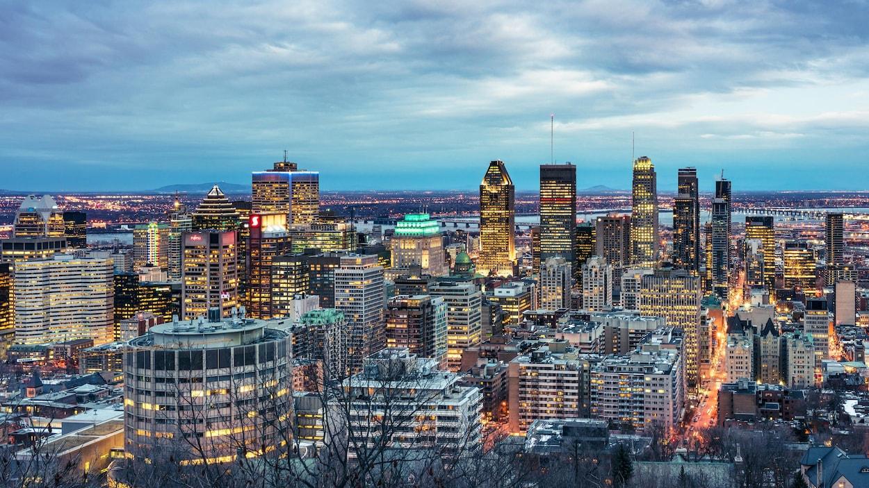 Vue panoramique de Montréal à partir du mont Royal, au crépuscule.