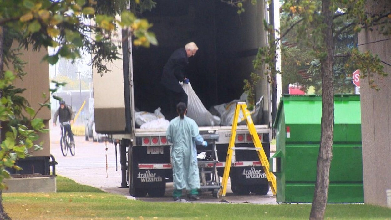 Le respect dû aux morts se perd au Québec et ailleurs dans le monde... - Page 5 Morgue-camion-cadavres