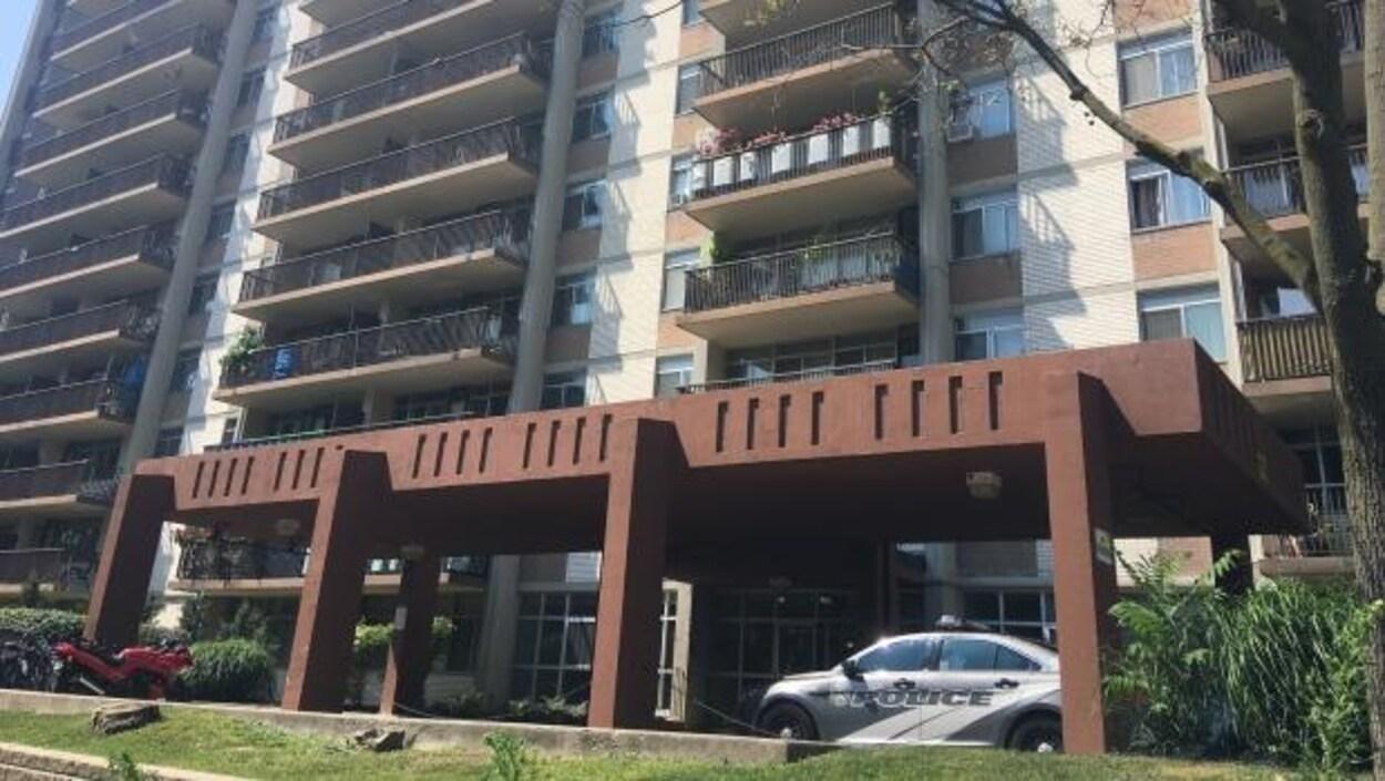 un immeuble à Toronto avec une voiture de police garée devant