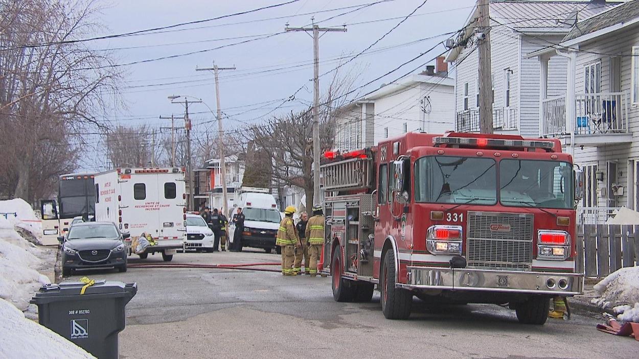 Camion de pompiers et de policiers dans la rue