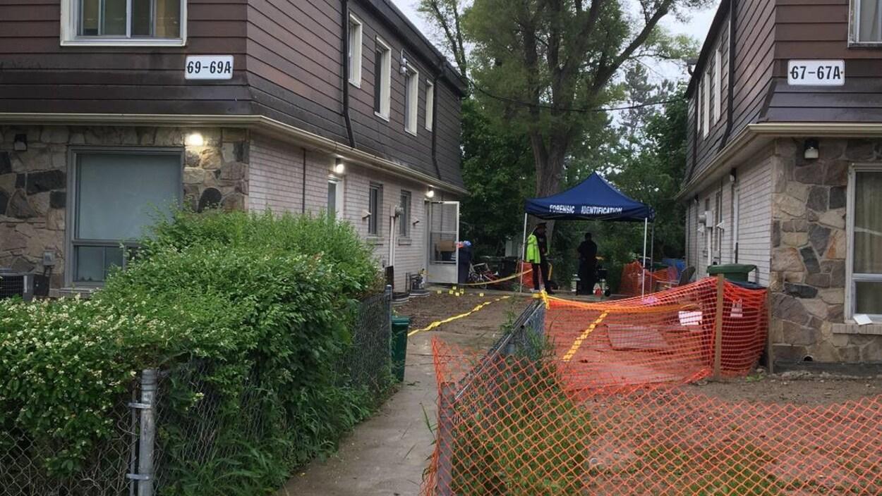 Une scène de crime entre deux maisons