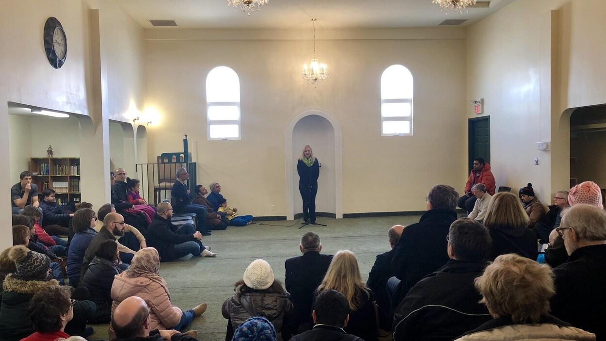 Des gens écoutent un discours à la mosquée de Moncton.