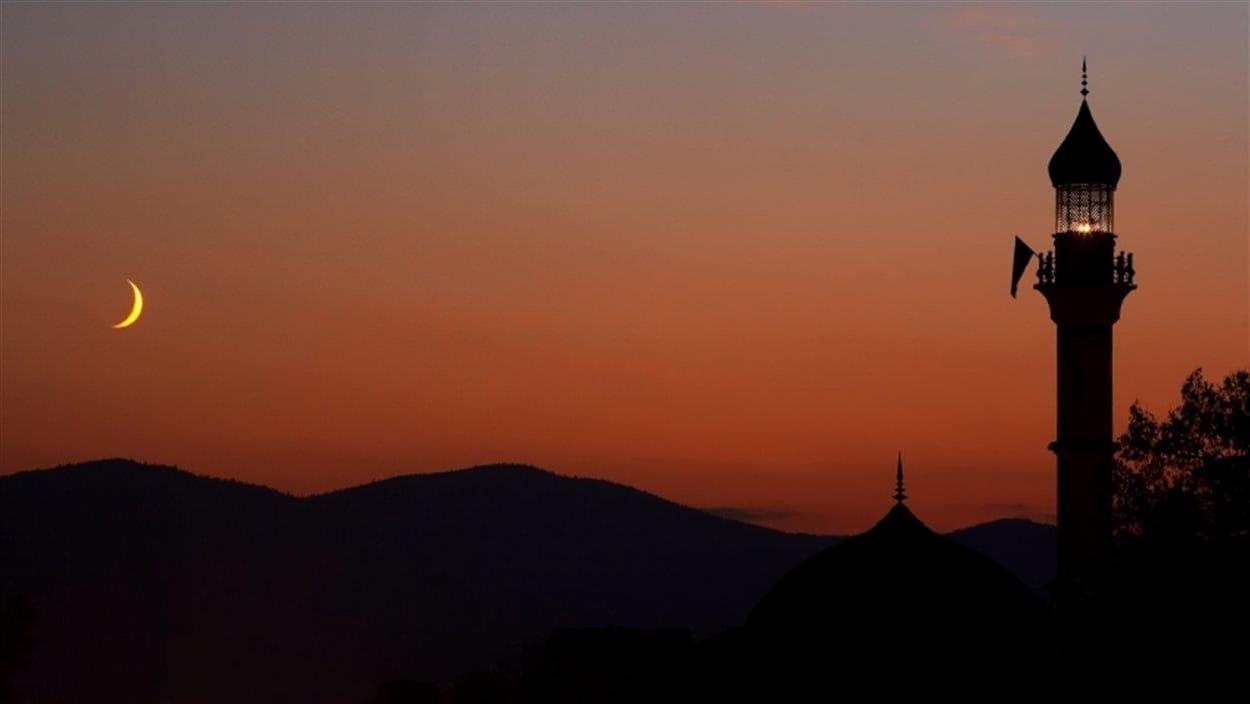 Une mosquée la nuit.