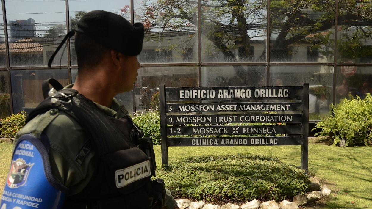 Un policier regarde les bureaux de Mossack Fonseca