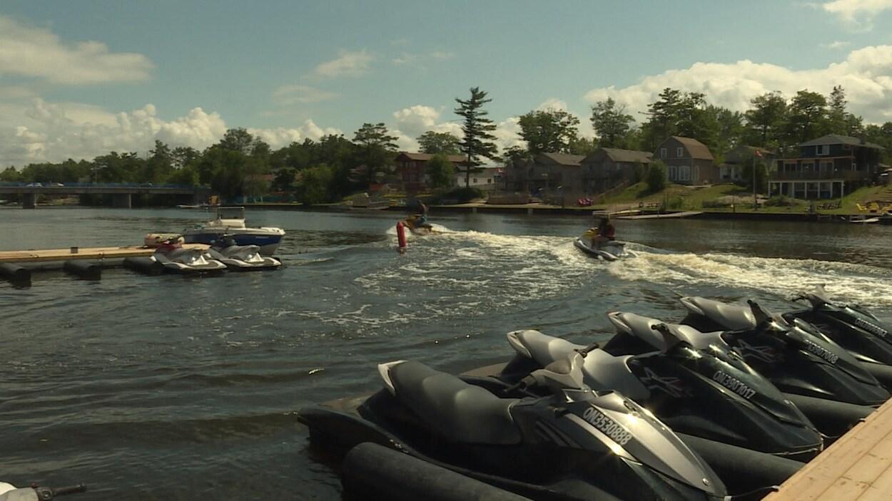 Des clients de Wasaga Waverunners partent conduire des motomarines sur la baie Georgienne.