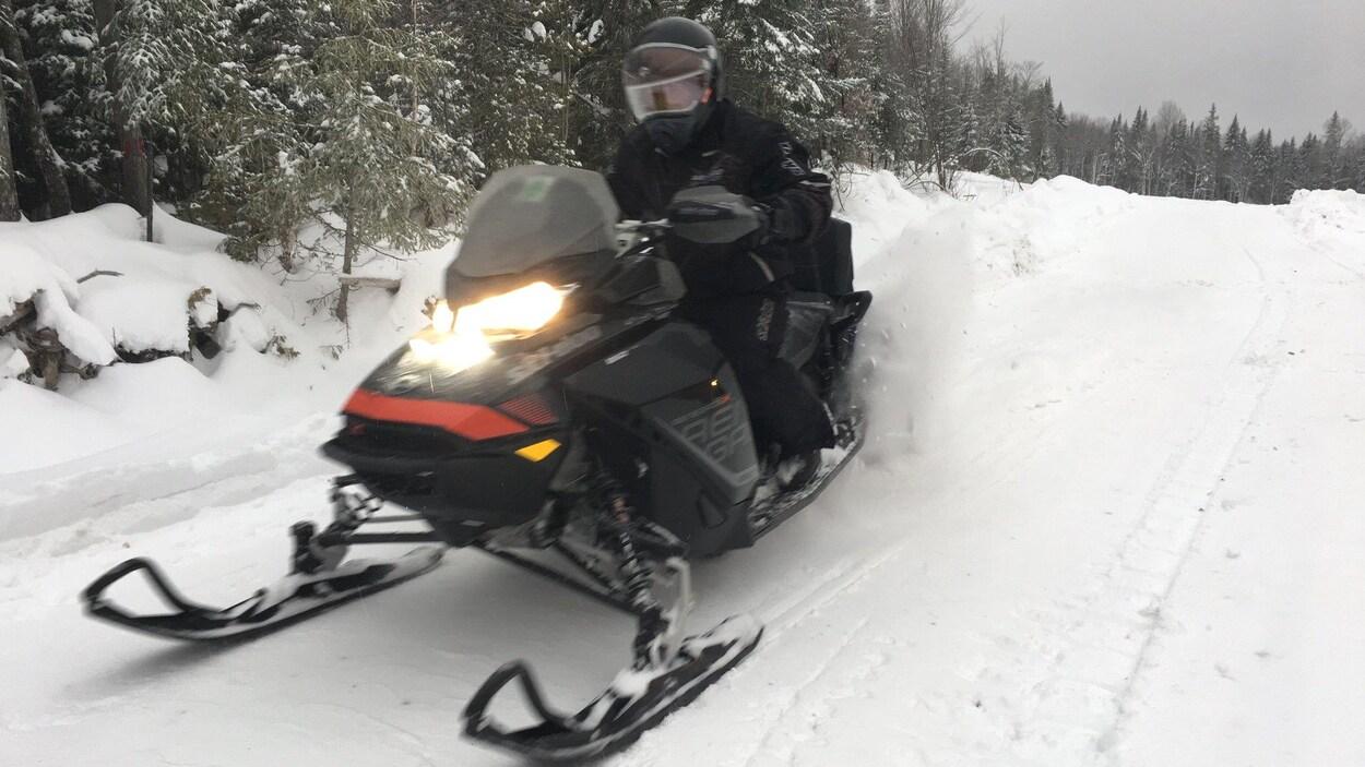 Un homme circule sur un sentier de motoneige au Nouveau-Brunswick