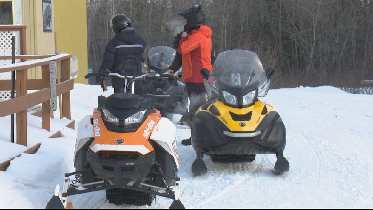 Des motoneigistes en Gaspésie