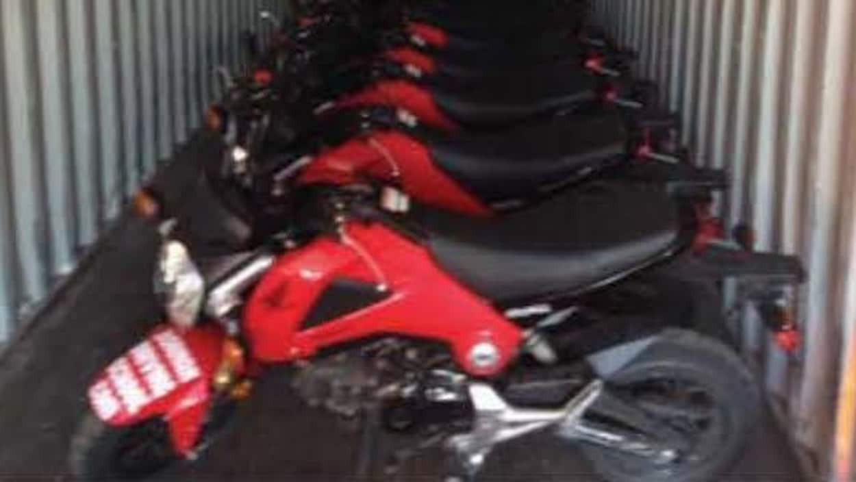 Une succession de motos rouges entreposées dans une remorque.