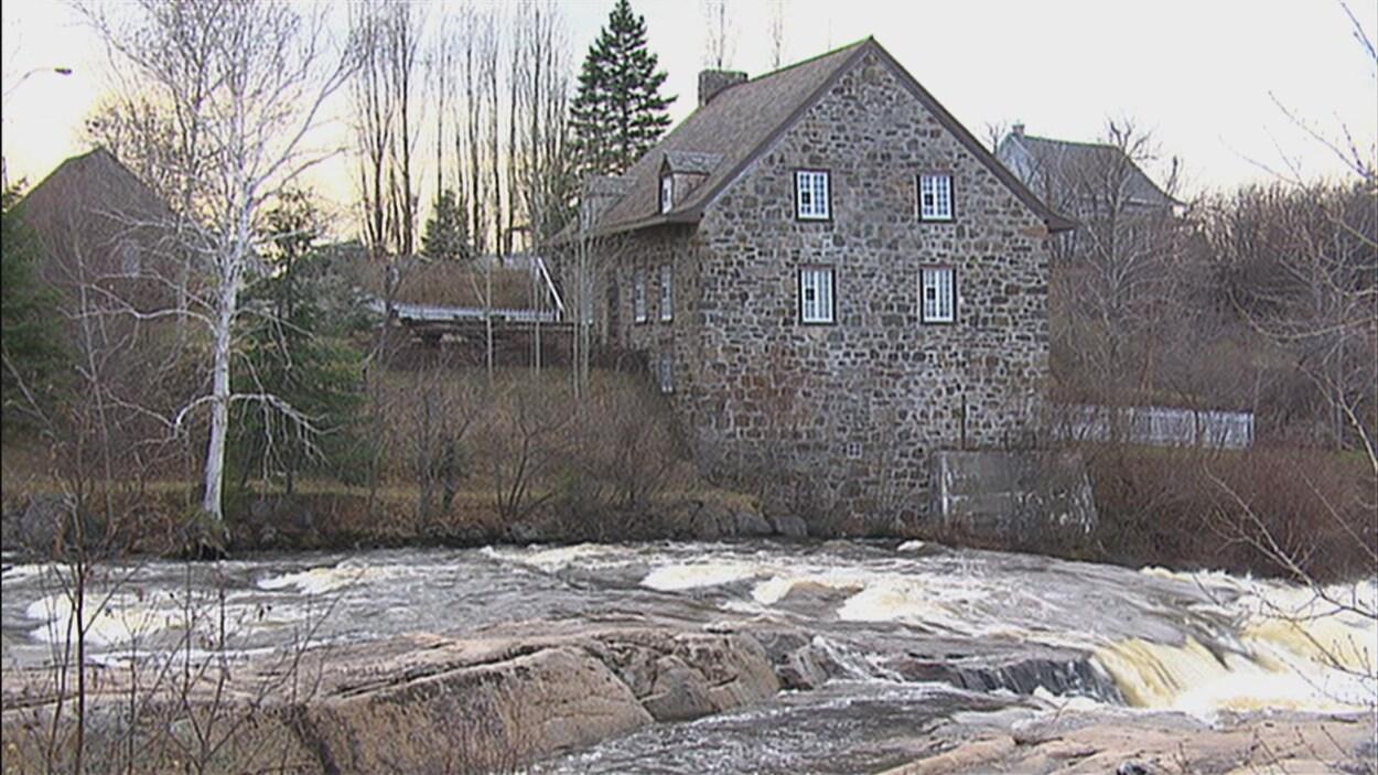 Le bâtiment en pierre près de la rivière du Moulin.