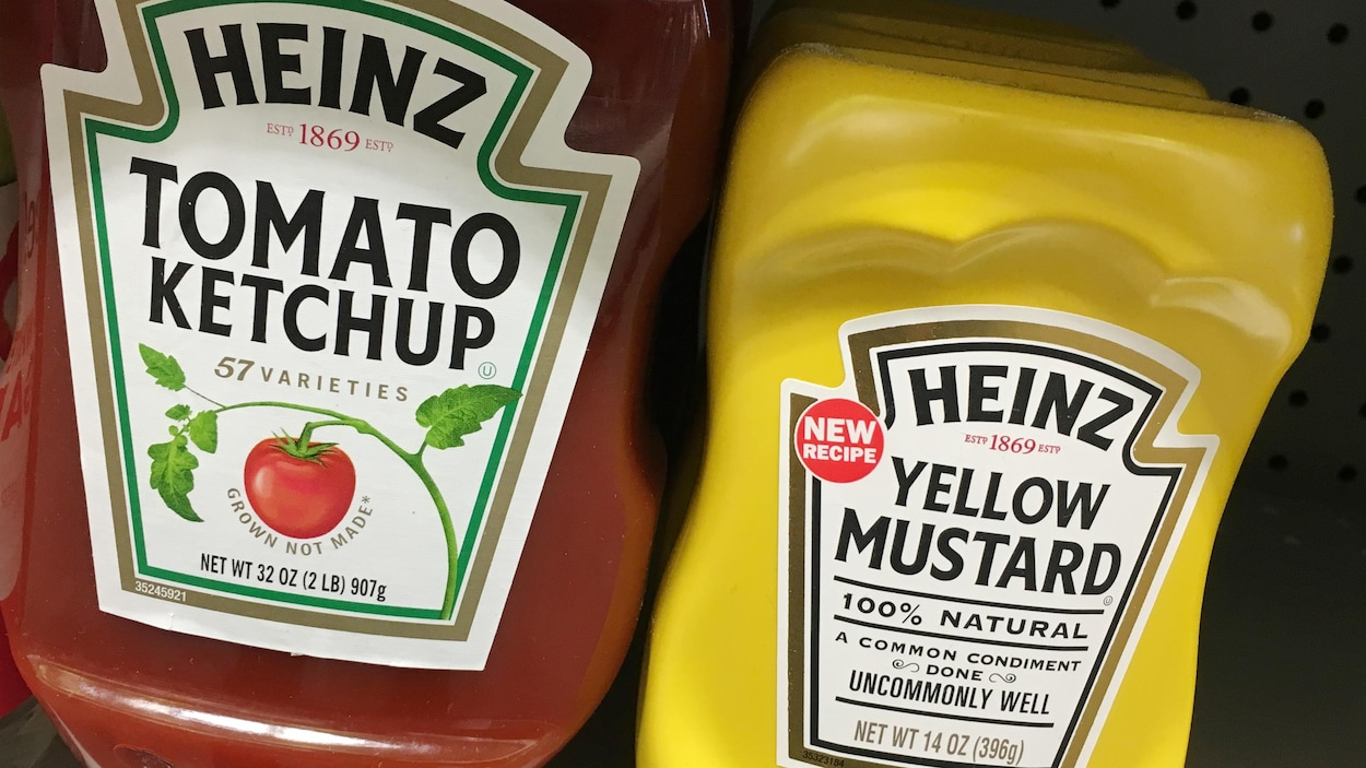 Les bouteilles de ketchup de tomate Heinz et de moutarde jaune en vente dans un magasin à Manhattan, New York.