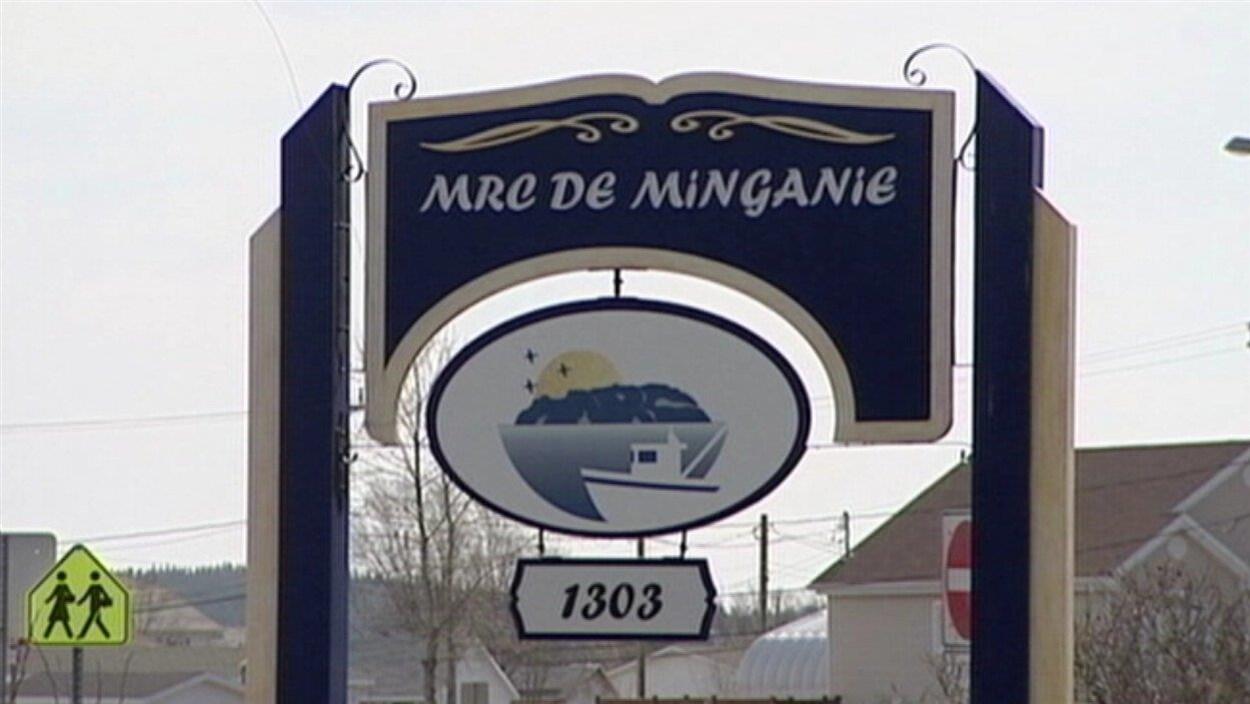Affiche sur laquelle on lit MRC de la Minganie et le chiffre 1303