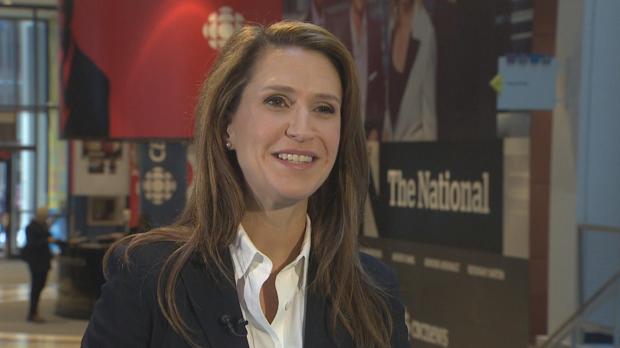 Photo de Caroline Mulroney portant un tailleur bleu.
