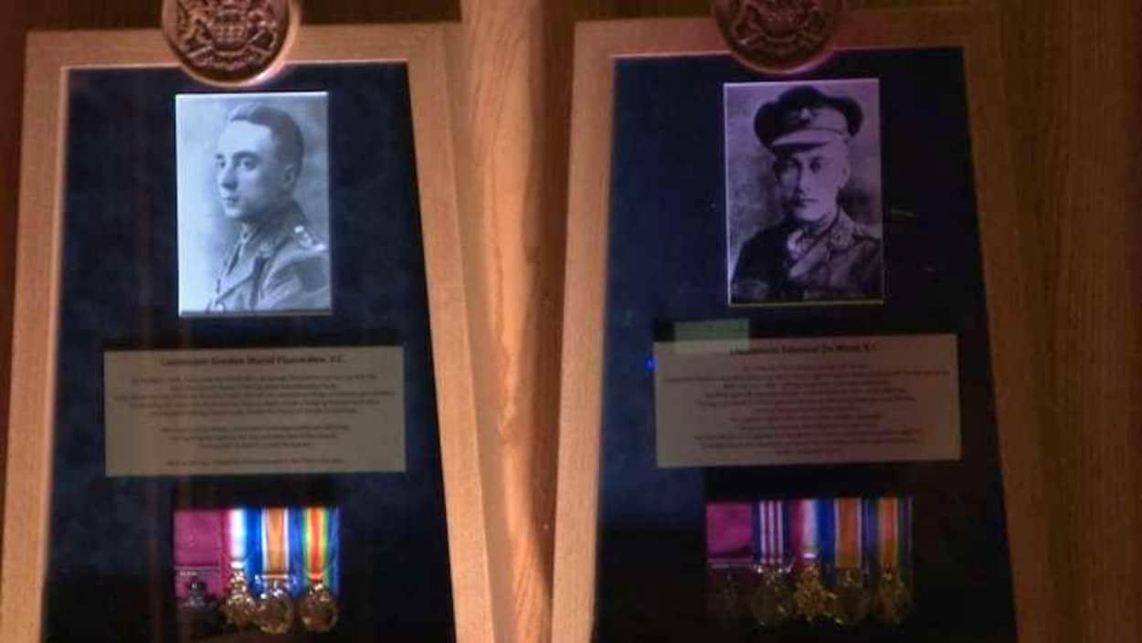 Deux des quinze soldats du mur d'excellence avec leurs médailles et une plaque en or qui raconte leur histoire.