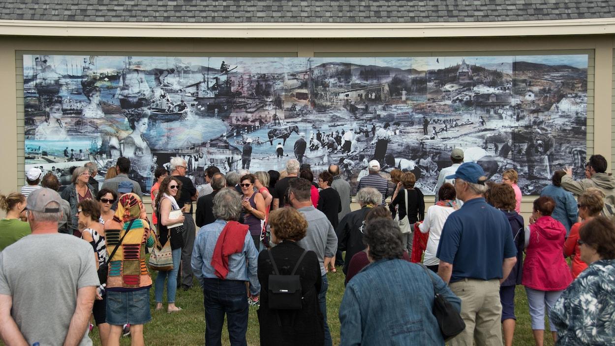 Environ 150 personnes se sont déplacées pour assister au dévoilement de la murale.